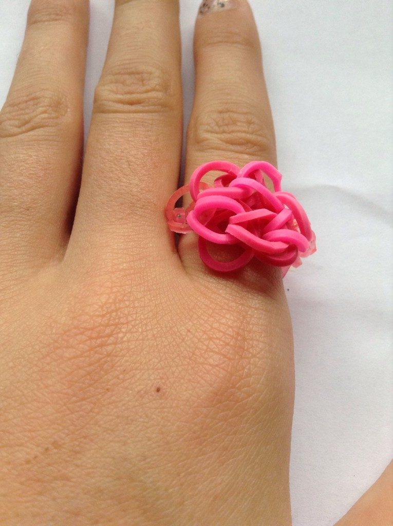 Кольцо из резинок на пальце