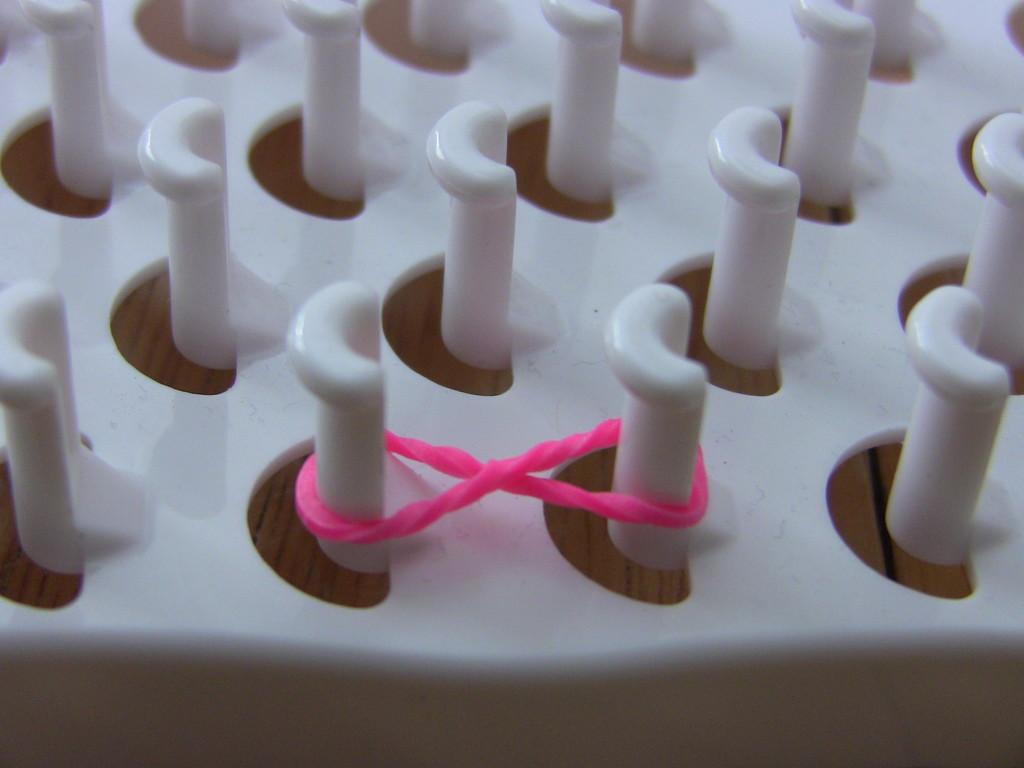 Розовая резинка на станке