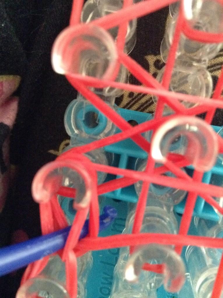 Плетение рыбки из резинок