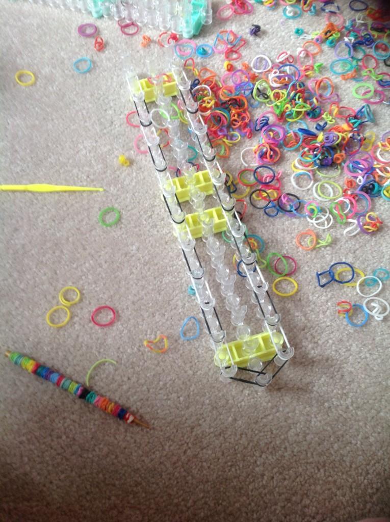 На станке плетение фигурок