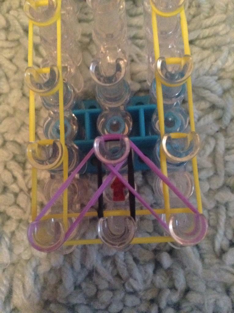 Две фиолетовые резинки по диагонали
