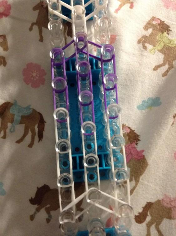 Схема плетения собаки на станке - крайние ряды соединены с центральным