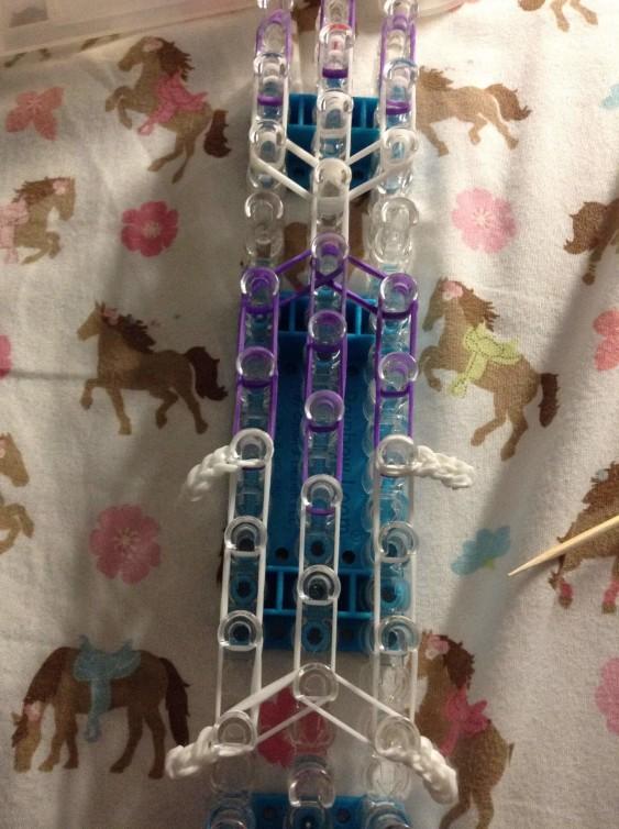 Схема плетения собаки на станке - натяните передние лапки фигурки