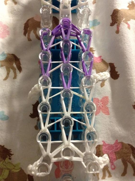 Схема плетения собаки на станке - переплетаем резиночки центрального ряда