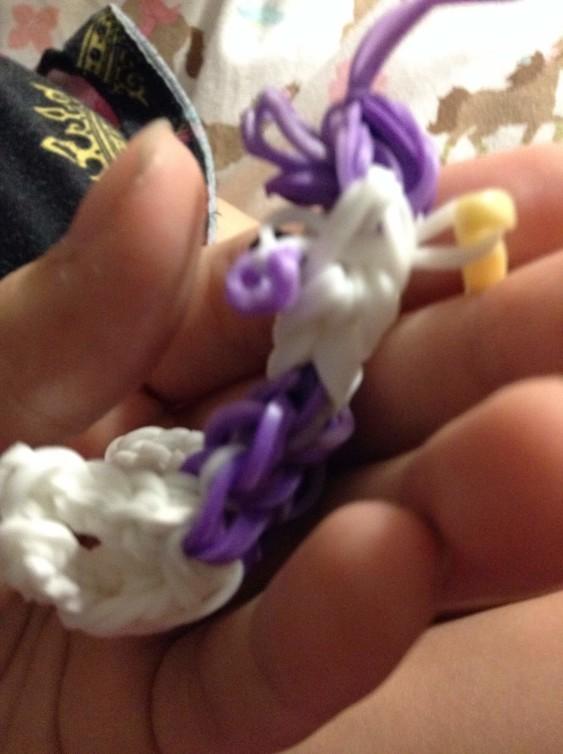 Схема плетения собаки на станке - протяните ухо через фигурку