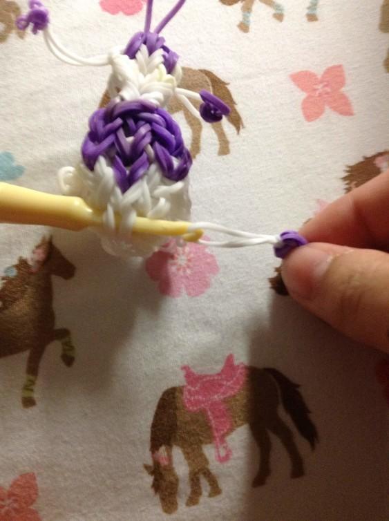 Схема плетения собаки на станке - также нужно вплести хвост фигурке