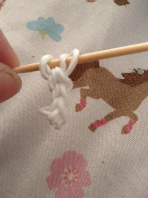 Схема плетения собаки на станке - первая лапка для фигурки готова