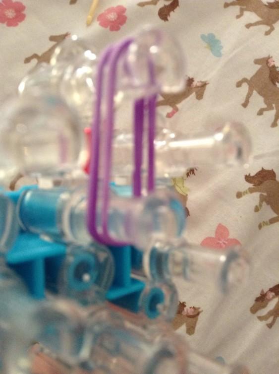 Схема плетения собаки на станке - натяните пару фиолетовых резиночек