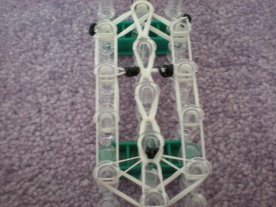 Схема плетения панды брелока - переплетаем все резиночки центрального ряда