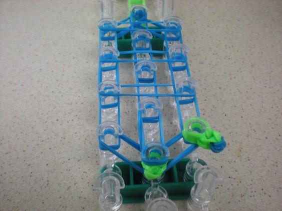 Схема плетения черепашки на станке - лапка натянута на столбик